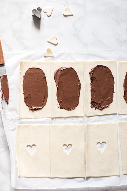 Spalmare la Nutella sulla superficie delle basi - Ricetta Sfogliatine alla Nutella