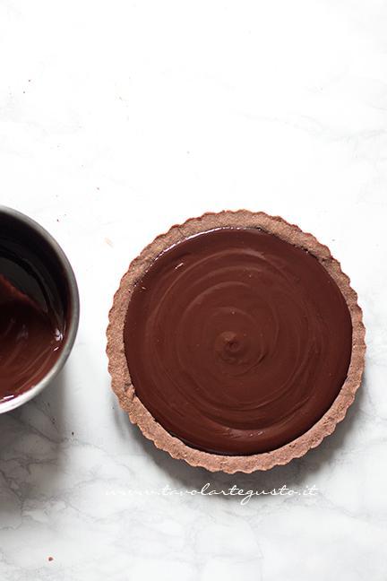 Versare la Ganache nel Guscio di frolla - Ricetta Tarte au Chocolat veloce e facilissima