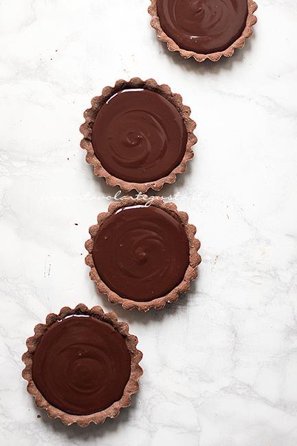 Versare la Ganache nelle piccole Tarte - Ricetta Tarte au Chocolat veloce e facilissima