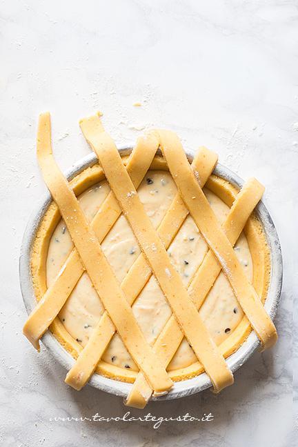 Adagiare le altre strisce - Ricetta Crostata di Ricotta Cremosa con gocce di cioccolato