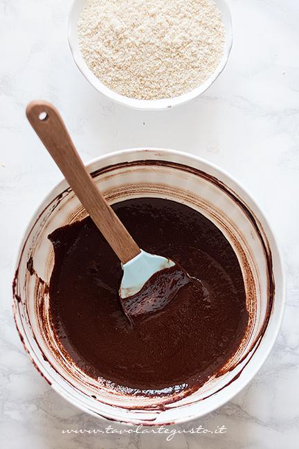 Aggiungere il cioccolato fuso - Ricetta Torta Caprese