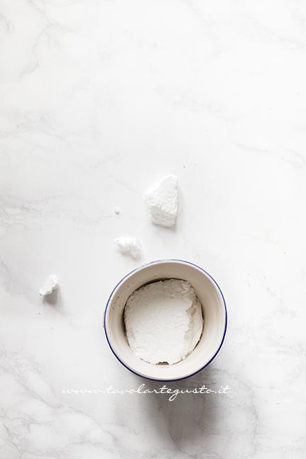 Aggiungere un pezzetto di polistirolo - Ricetta Cake pops Mimosa