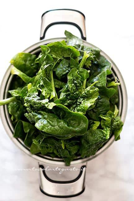 Appassire gli spinaci - Ricetta Girella di Sfoglia ripiena