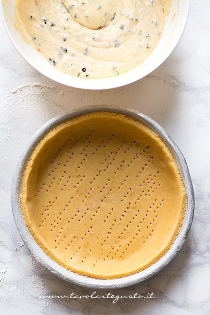 Foderare una tortiera con la frolla - Ricetta Crostata di Ricotta Cremosa con gocce di cioccolato