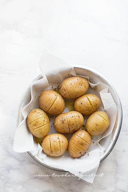 Insaporire con sale ,pepe e olio - Ricetta Patate Hasselback
