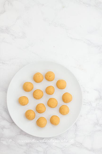 Palline di cake pops pronte per il frigo - Ricetta Cake pops Mimosa