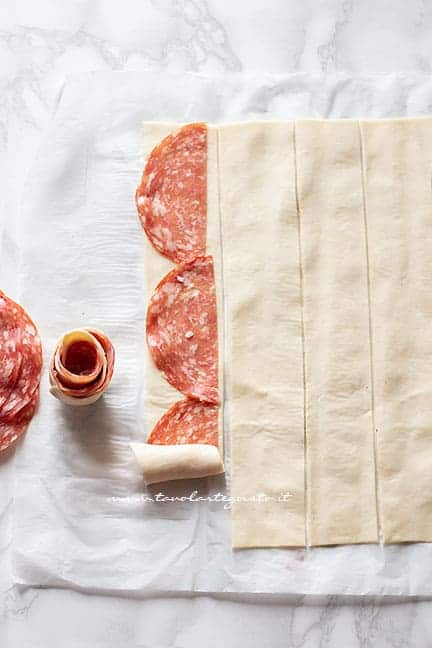 arrotolare la pasta sfoglia e il salame - Ricetta Colomba salata