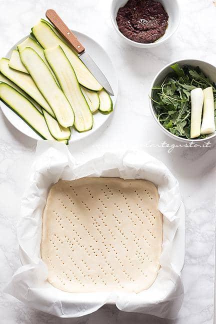 Adagiare la sfoglia in uno stampo e bucherellare il fondo - Ricetta Schiacciata di Zucchine