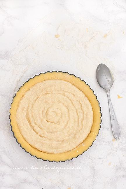 Adagiare nel guscio di frolla la crema di ricotta - Ricetta Crostata morbida di Ciliegie