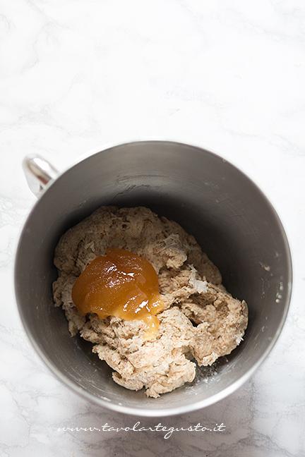 Aggiungere il miele - Ricetta Cornetti Integrali al miele