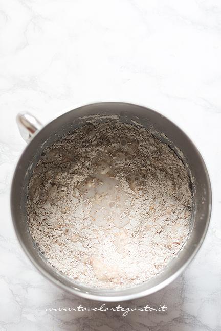 Aggiungere il resto della farina, acqaua, latte e zucchero - Ricetta Cornetti Integrali al miele