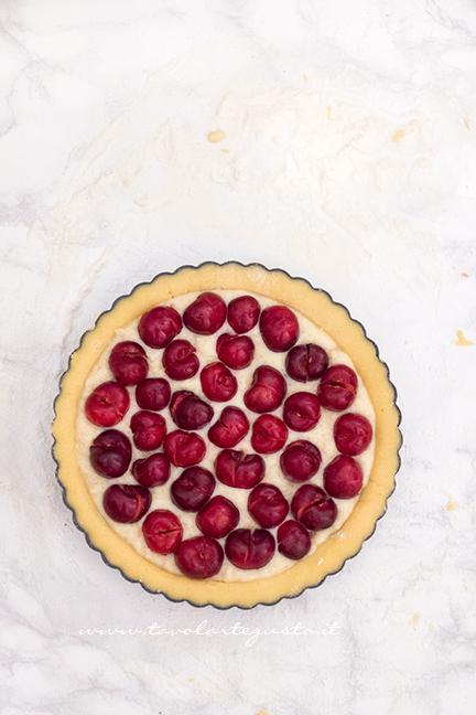 Aggiungere le ciliegie sulla crema -  Ricetta Crostata morbida di Ciliegie