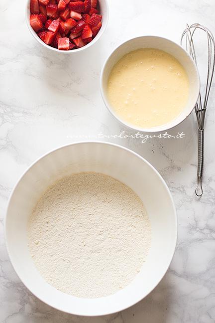 Dividere ingredienti secchi da quelli liquidi - Ricetta Muffin alle Fragole