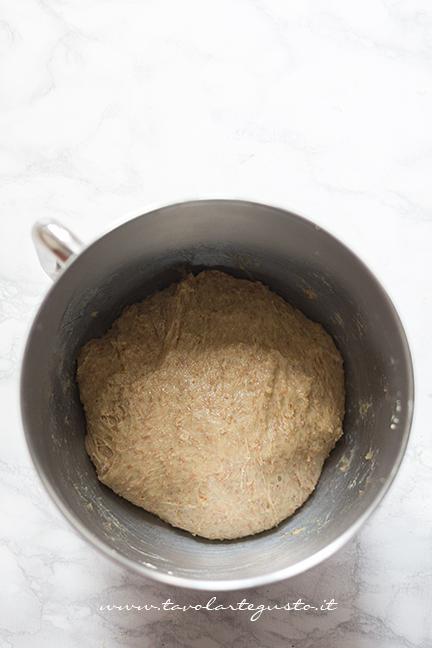 L'impasto dopo l'aggiunta di uova - Ricetta Cornetti Integrali al miele