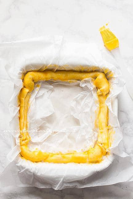 Pennellare con tuorlo e spolverare di zucchero -Ricetta Sfogliata di fragole