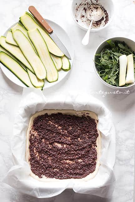 Spalmare il paté  di olive - Ricetta Schiacciata di Zucchine