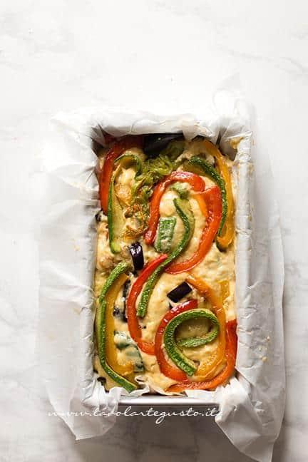 Versare l'impasto nello stampo e aggiungere le vedure in superficie - Ricetta Plumcake salato alle verdure