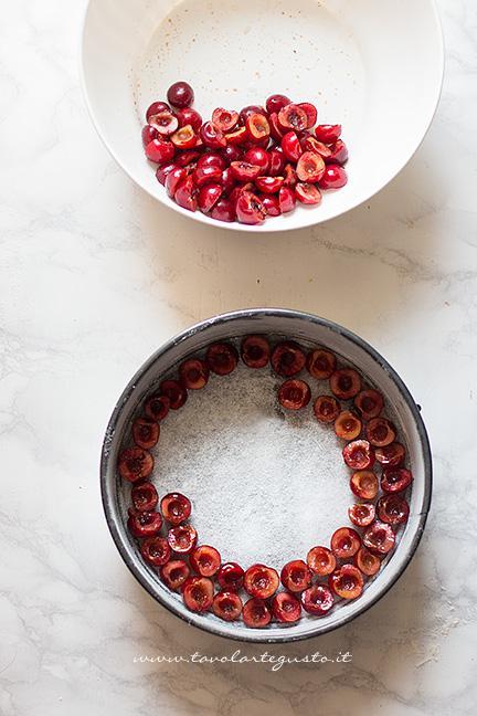 Adagiare le ciliegie sul fondo della teglia - Ricetta Torta soffice alle Ciliegie