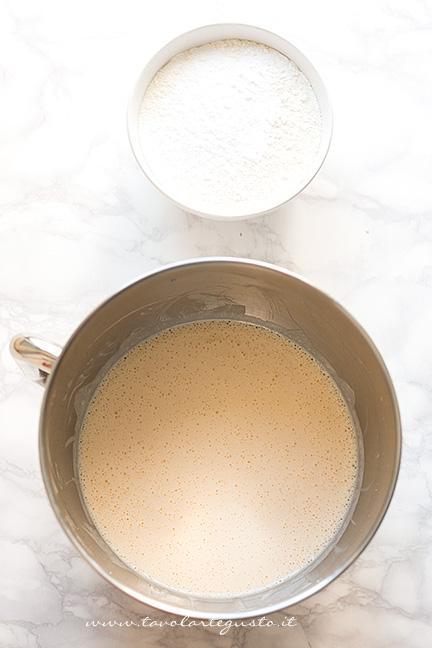 Aggiungere la farina con il lievito - Ricetta Torta alle pesche soffice