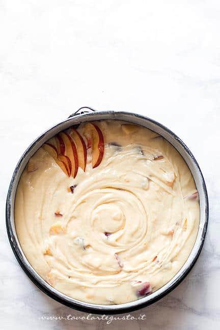 Disporre le fettine a raggio sulla torta - Ricetta Torta alle pesche soffice
