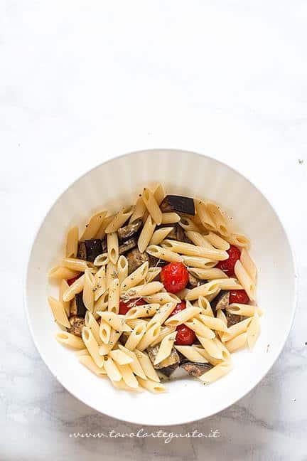 Mecolare la pasta con melanzane e pomodorini - Ricetta Pasta fredda con melanzane