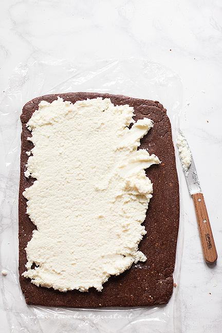 Spalmare la crema di ricotta sul rotolo - Ricetta Rotolo senza cottura al cioccolato