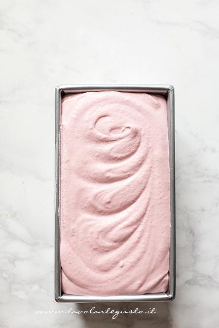 Versare il gelato alla fragola nello stampo - Ricetta Gelato alla Fragola
