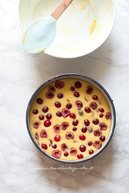 Versare l'impasto nello stampo e il resto delle ciliegie - Ricetta Torta soffice alle Ciliegie