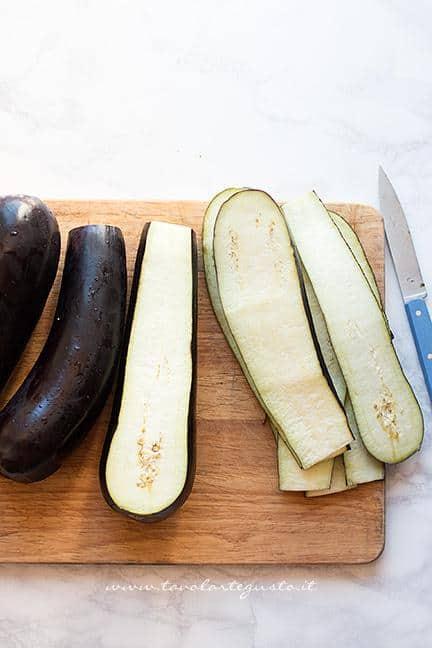 Affettare le melanzane - Ricetta Parmigiana di Melanzane