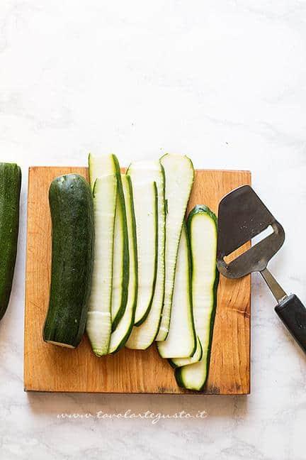 Affettare le zucchine sottili - Ricetta Spiedini di Zucchine
