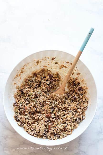 Aggiungere il miele e lo sciroppo d'acero e girare - Ricetta Barrette ai Cereali