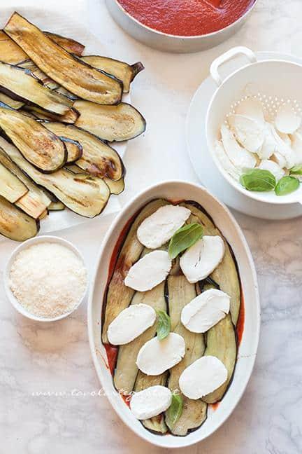 Aggiungere la mozzarella e il basilico - Ricetta Parmigiana di Melanzane
