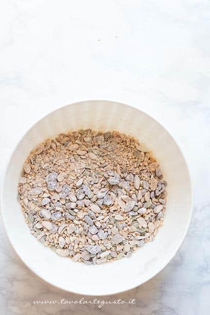 Mecolare i cereali, semi e frutta secca con la farina integrale - Ricetta Barrette ai Cereali