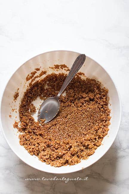Mescolare i biscotti sbriciolati con il burro e il miele - Ricetta Crostata senza cottura