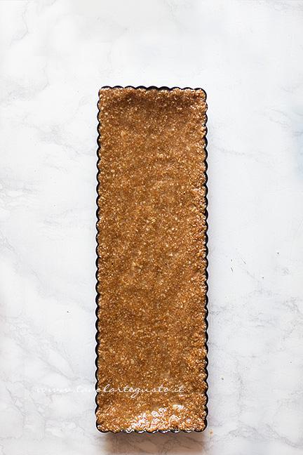 Rivestire con l'impasto uno stampo per crostata - Ricetta Crostata senza cottura alla frutta