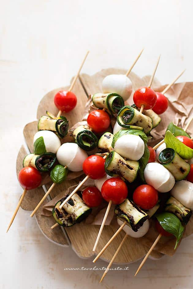 Spiedini di zucchine con pomodorini e mozzarella for Antipasti freddi