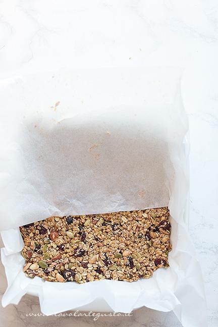 Trasferire il composto in una teglia e appiattire bene -Ricetta Barrette ai Cereali