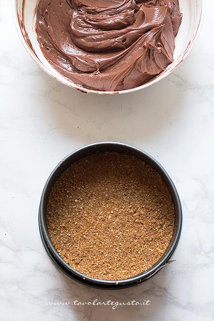 Versare il composto di Nutella sulla base di biscotti - Ricetta Cheesecake alla Nutella
