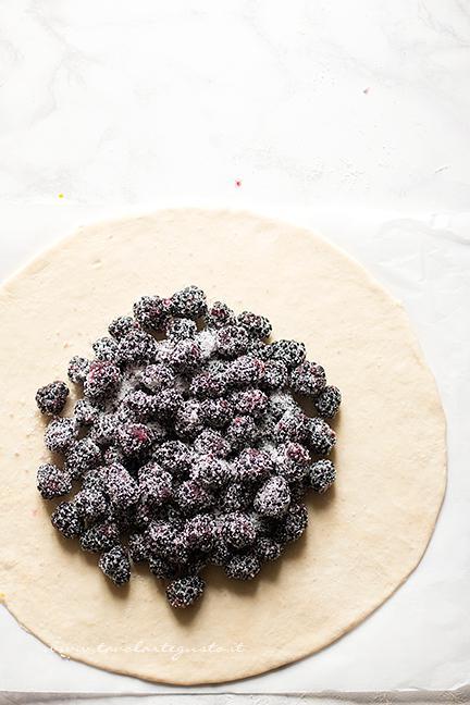 aggiungere-al-centro-dellimpasto-le-more-ricetta-crostata-di-more