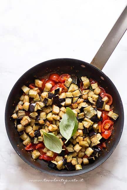 Aggiungere le melanzane al sughetto Ricetta Melanzane a funghetto