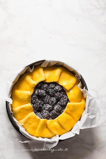 aggiungere-lo-zucchero-sulla-superficie-ricetta-crostata-di-more