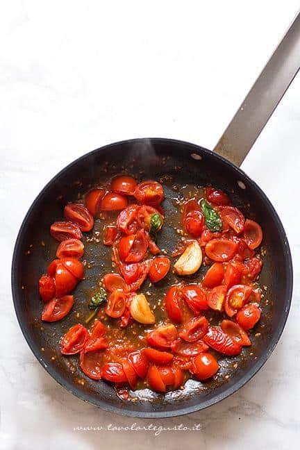 Preparare il sughetto con i pomodorini2 Ricetta Melanzane a funghetto