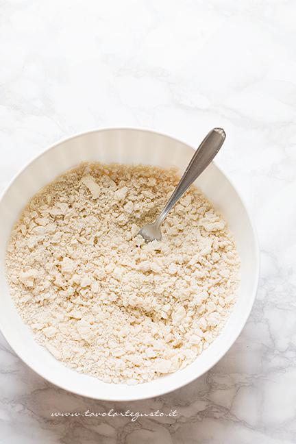 preparare-la-base-per-il-guscio-1-ricetta-crostata-di-more
