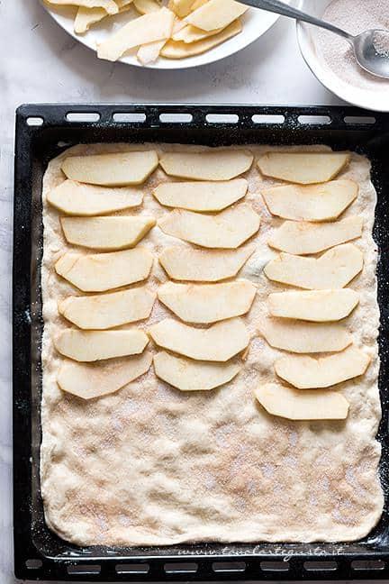 Disporre le mele in fila Ricetta Pizza con le mele