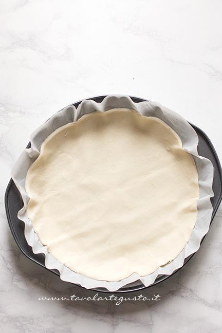 Adagiare la base in una tortiera -Ricetta Torta di mele e pasta sfoglia