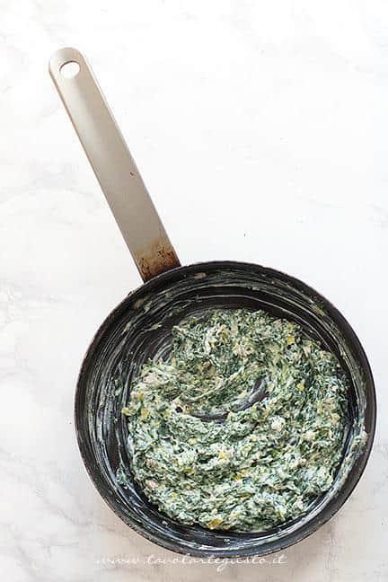 Aggiungere e la ricotta agli spinaci - Ricetta Stella di pasta sfoglia