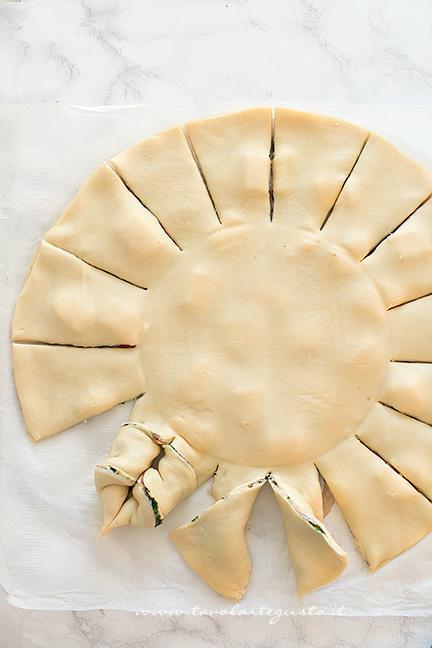 Come fare le punte della Stella di Pasta sfoglia 1 - Ricetta Stella di pasta sfoglia