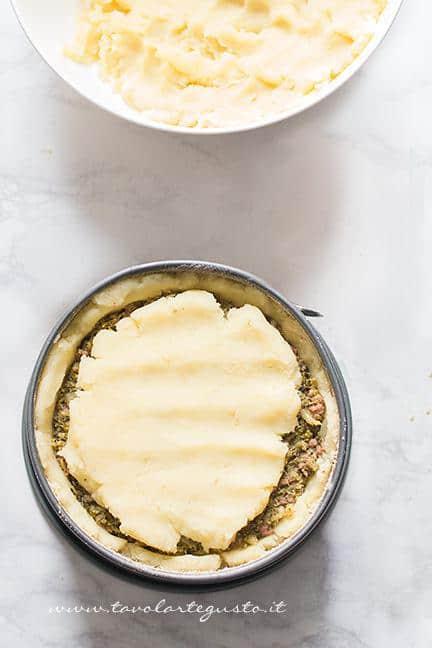Richiudere con impasto delle patate - Ricetta Sformato di patate, salsiccia e broccoli