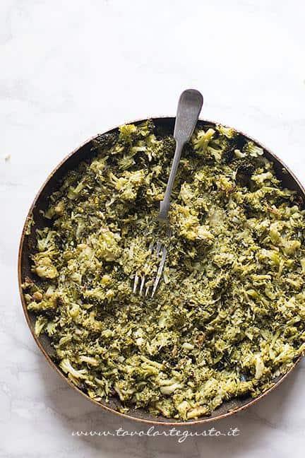 Schiacciare i broccoli con la forchetta - Ricetta Sformato di patate, salsiccia e broccoli