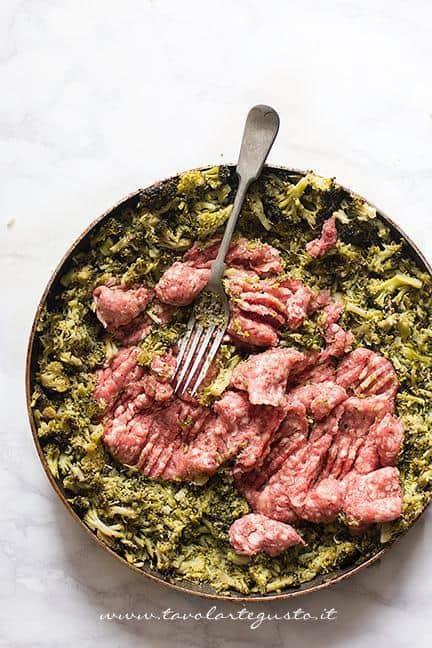 Schiacciare la salsiccia - Ricetta Sformato di patate, salsiccia e broccoli